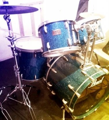 ロックバンドのドラム